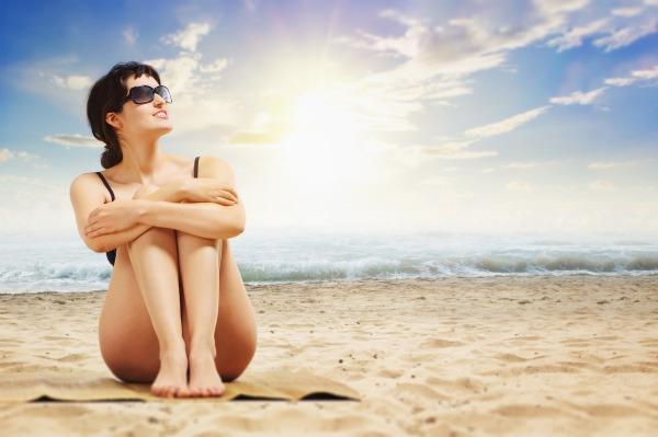 Mulher na praia curtindo as férias